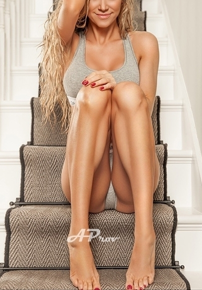 London Busty Tall Blonde Escort Annais