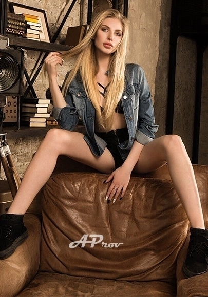 Mayfair London Russian Slim Blonde Escort Nellya